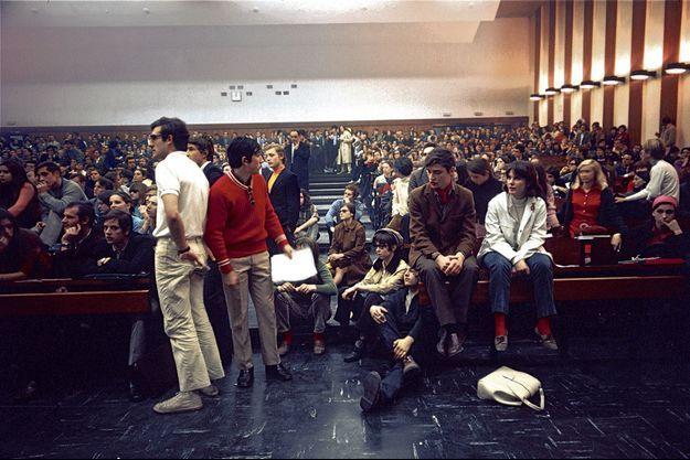 Une AG d'étudiants à Nanterre, prélude à Mai 68.