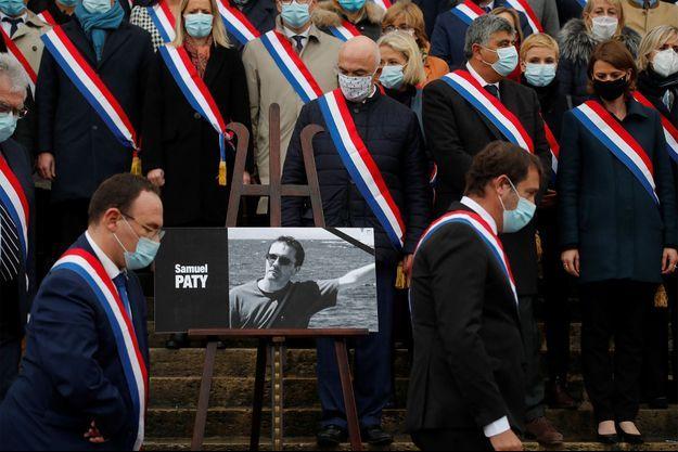 Les députés à l'Assemblée nationale respectent une minute de silence mardi en hommage à Samuel Paty.
