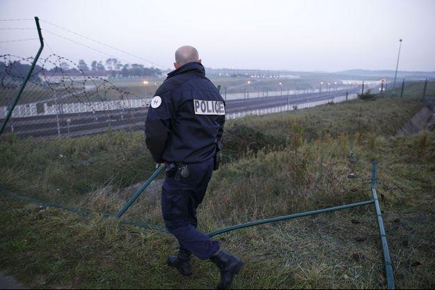 Un policier français inspectant le site d'Eurotunnel à Coquelles, le 3 octobre.