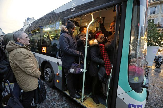 Un bus RATP bondé à Paris, mercredi.