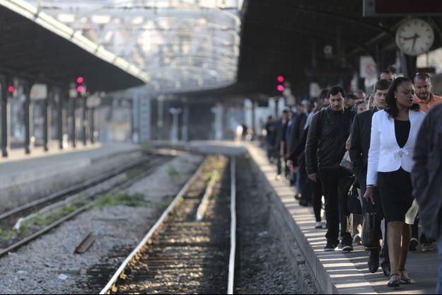 Des usagers, gare de l'Est, à Paris, lundi.