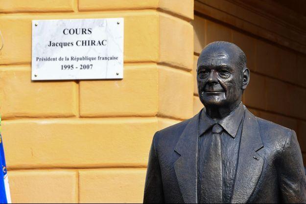La statue de Jacques Chirac, installée à Nice.