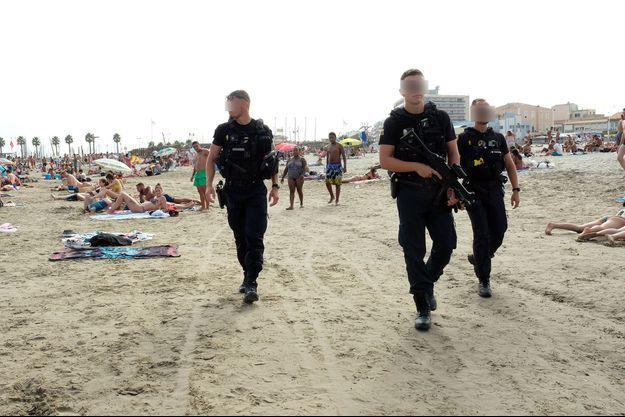 Chaque jour, des patrouilles pédestres sillonnent les rues et sur les plages.
