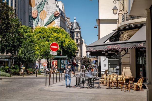"""""""Paris, dans la crise que nous traversons, doit être aux côtés des restaurants et des bars. Ils sont l'âme de notre ville"""", affirme Anne Hidalgo au Parisien dimanche."""