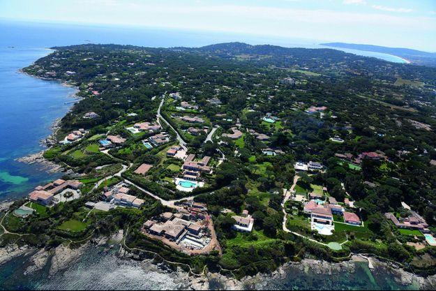 Dominant la baie des Canoubiers, la résidence des Parcs accueille sur ses 110 hectares quelques-unes des plus somptueuses villas de Saint-Tropez.