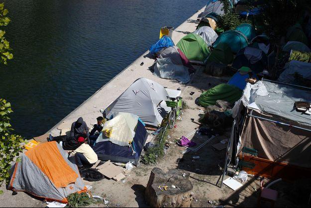 Des demandeurs d'asile sur les rives du canal Saint-Martin, à Paris, en mai 2018.