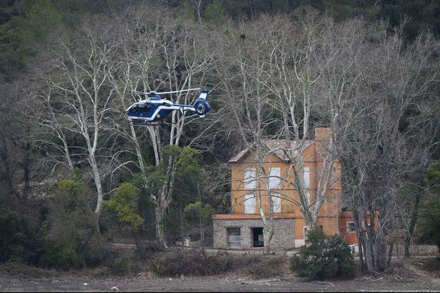 Les hélicoptères de la gendarmerie survolent la zone à la recherche de débris.