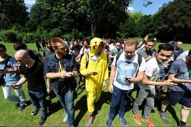 A Lille, des joueurs chassent les Pokémon.