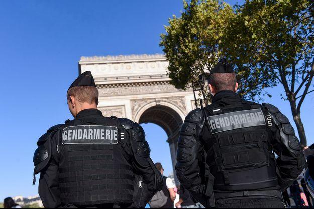 Les policiers français sont stationnés sur les Champs-Elysées.