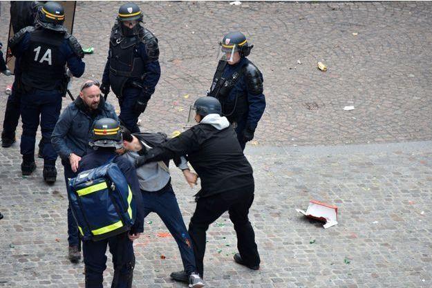 Alexandre Benalla et Vincent Crase (lunettes de soleil sur le crâne) le 1er mai dernier à Paris.