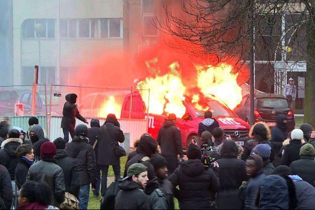 Cette image tirée d'une vidéo de l'AFP montre la camionnette de RTL en flammes à Bobigny samedi.