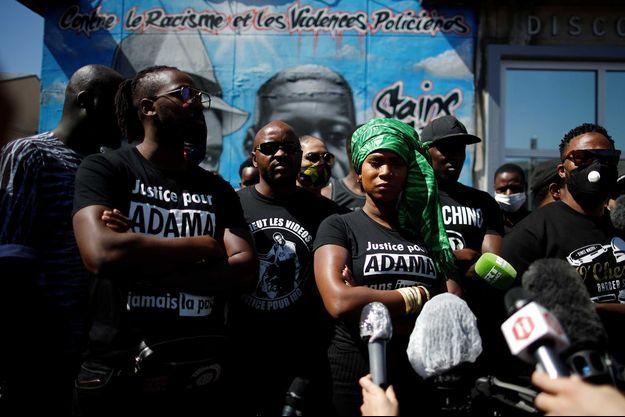"""Un rassemblement de comité """"Vérité et justice pour Adama"""" avec Assa Traoré à Stains, le 22 juin 2020."""