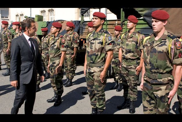 Nicolas Sarkozy à la rencontre des soldats du 8e RPIMa à Castres, le 26 août 2008, huit jours après l'embuscade qui avait coûté la vie à dix des leurs.