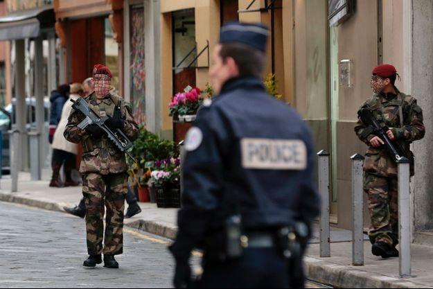Policiers et militaires patrouillent à Nice, le 4 janvier.