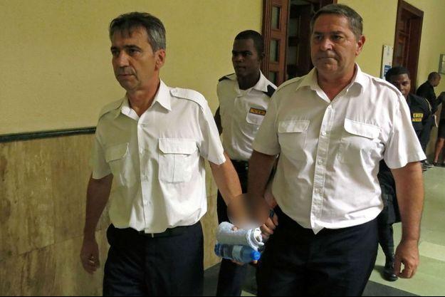 Bruno Odos et Pascal Fauret dans un tribunal de Saint-Domingue,