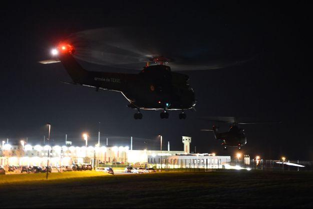 Des hélicoptères de l'armée se posent près de la prison d'Alençon/Condé-sur-Sarthe.