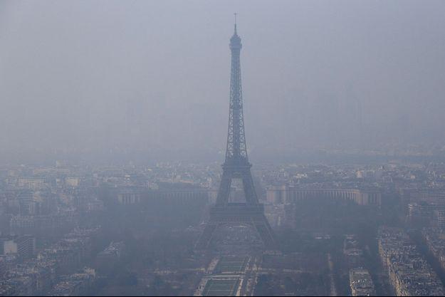 La Tour Eiffel baignée dans un nuage de pollution, le 18 mars 2015.