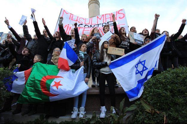 A Marseille, les drapeaux algériens et israéliens côtoyaient le drapeau tricolore.