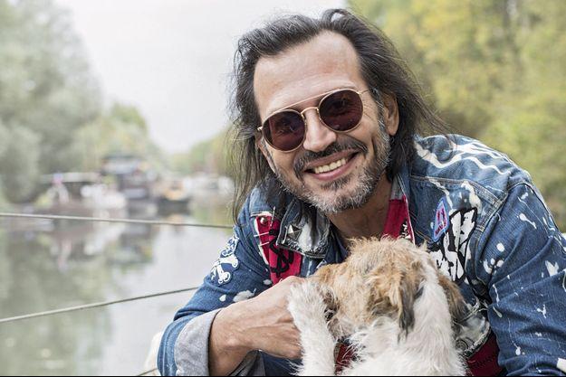 Sur sa péniche avec ses chiens. André-Joseph Bouglione proposera son éco-cirque 100 % humain à partir d'octobre 2018.