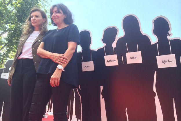 Valérie Trierweiler et Anne Hidalgo devant quatre des 220 silhouette disposées place de la République, à Paris.