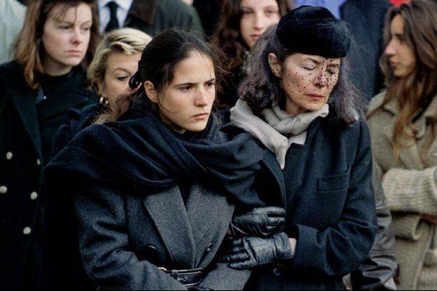 En janvier 1996, Anne Pingeot soutient sa fille Mazarine aux obsèques de François Mitterrand à Jarnac.