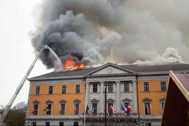 La mairie d'Annecy en flammes.