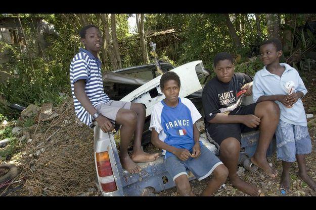 La vie continue. Vendredi 27 février, alors que la situation est toujours très tendue, dans les quartiers populaires de Pointe-à-Pitre, en Guadeloupe, les enfants qui ne vont plus à l'école depuis plus de trois semaines pour cause de grève, profitent de leur liberté.