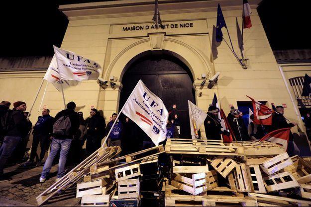 Devant une prison de Nice, le 15 janvier.