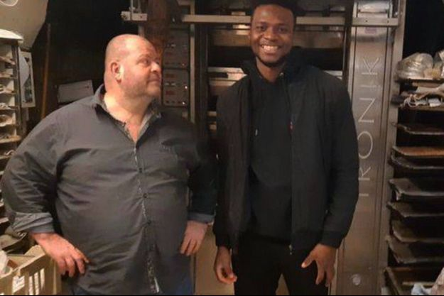 Le boulanger Stéphane Ravacley et son apprenti Laye Fodé Traore.