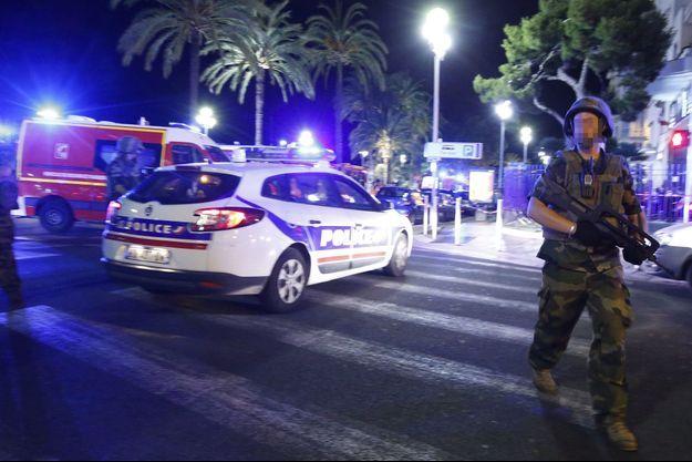 Sur la promenade des Anglais, à Nice, jeudi soir, après l'attaque.