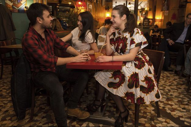 Chez Prune, un café au bord du canal Saint-Martin à Paris. Quentin, Gina et Sarah dans un jeu de séduction new-look.