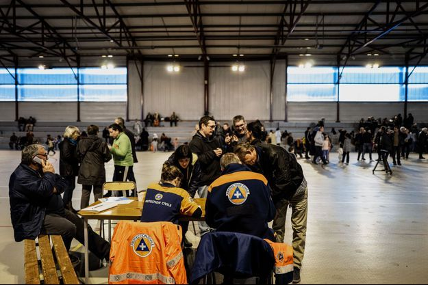 Après le séisme en Ardèche, des habitants passent la nuit dans un gymnase