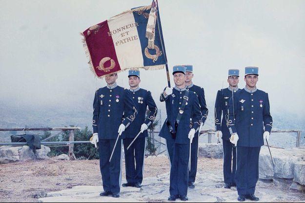 Le lieutenant-colonel Arnaud Beltrame, alors porte-drapeau à l'Ecole militaire interarmes de Coëtquidan, en 2001.