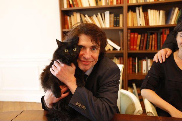 Arno Klarsfeld et son chat, Malka.