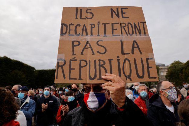 Une pancarte en hommage à Samuel Paty lors du rassemblement dimanche dernier en son honneur à Paris.