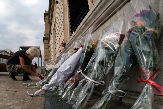 Des fleurs ont été déposées sur les lieux de l'attaque, à Marseille.