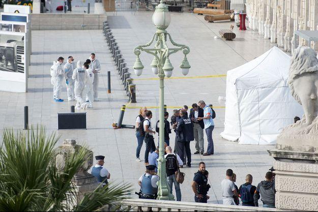 Les enquêteurs sur les lieux de l'attaque dimanche.