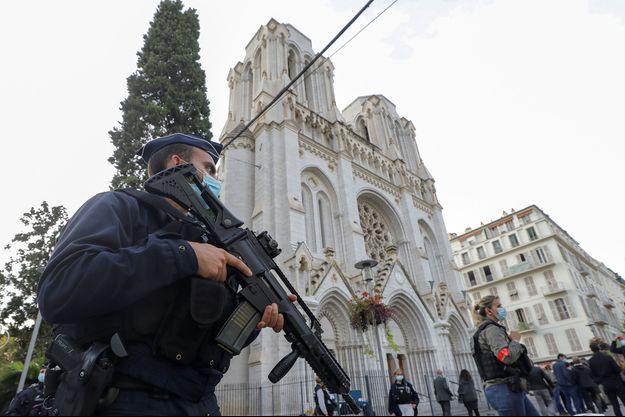 La police, sur les lieux de l'attentat, jeudi.