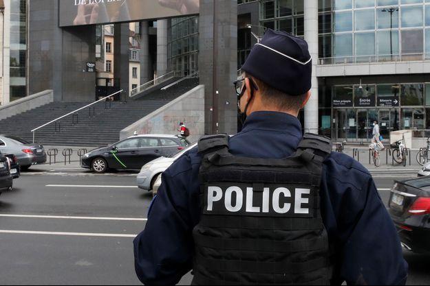 """Un policier dans le quartier de la place de la Bastille à Paris, où l'""""auteur principal des faits"""" a été appréhendé vendredi."""
