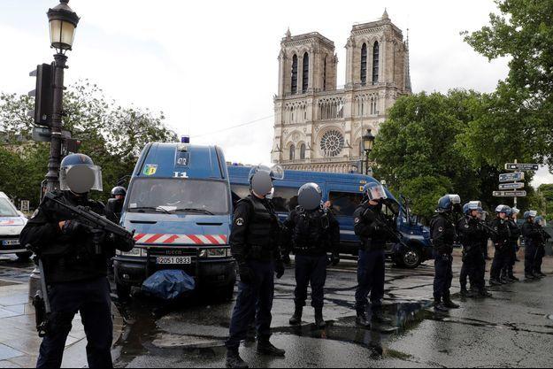 Des policiers devant Notre-Dame de Paris, mardi, après l'attaque.