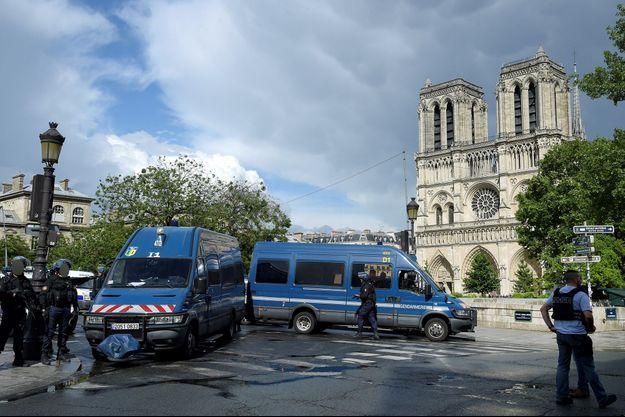Des policiers postés devant Notre-Dame, mardi 6 juin.