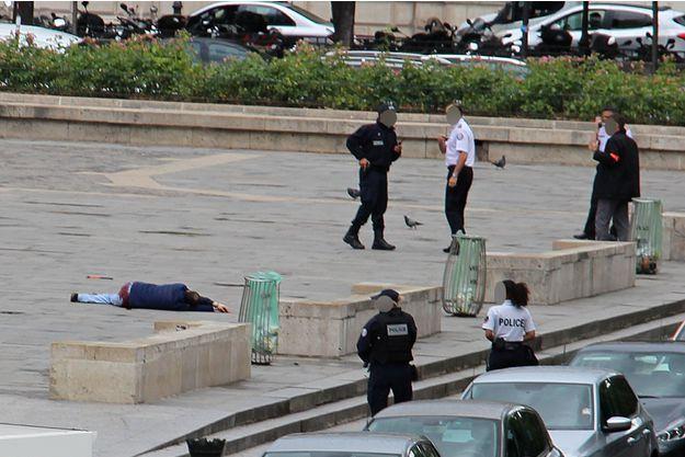 L'assaillant Faird Ikken, au sol sur le parvis de Notre-Dame de Paris mardi après l'attaque.