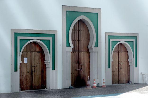 Devant la mosquée de Bayonne.