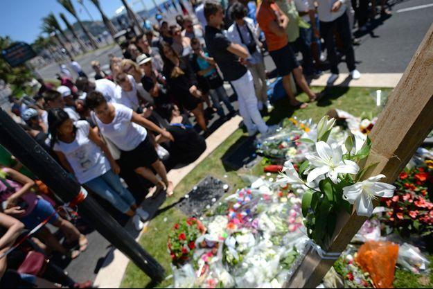 Hommage aux victimes à Nice, vendredi.