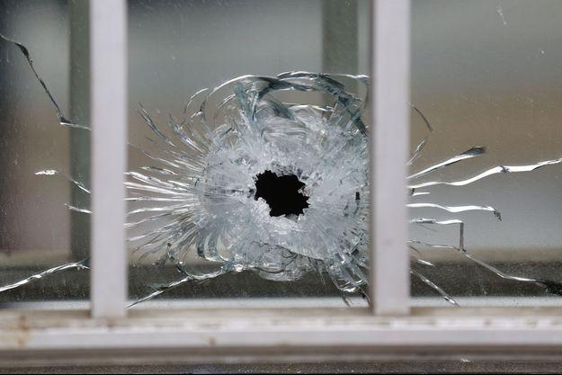Un impact de balle près des lieux de l'attentat, mercredi.