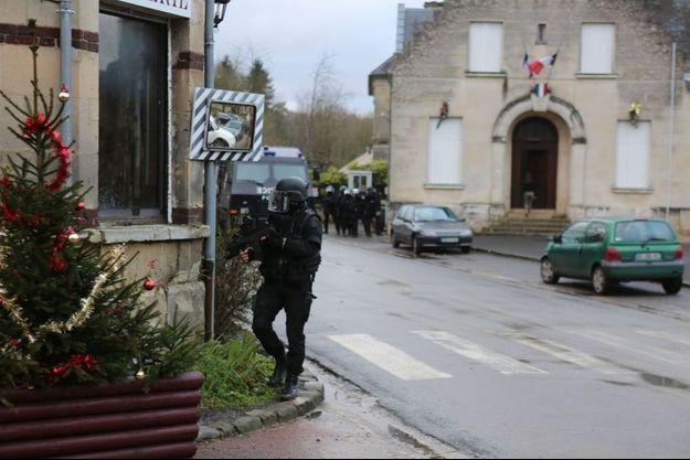 Le GIGN investit les rues de Longpont, petit village de l'Aisne, jeudi après-midi.