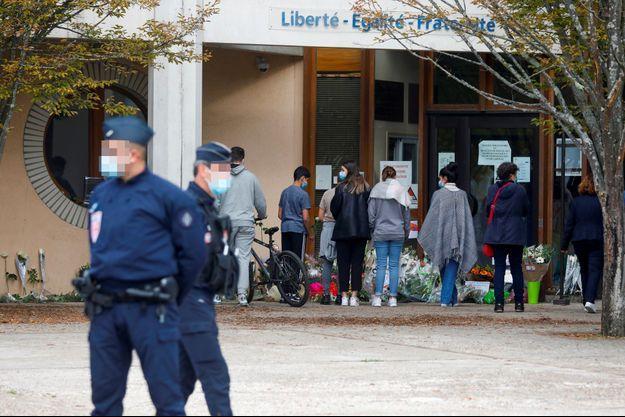 Devant le collège du Bois d'Aulne, à Conflans-Sainte-Honorine, samedi.