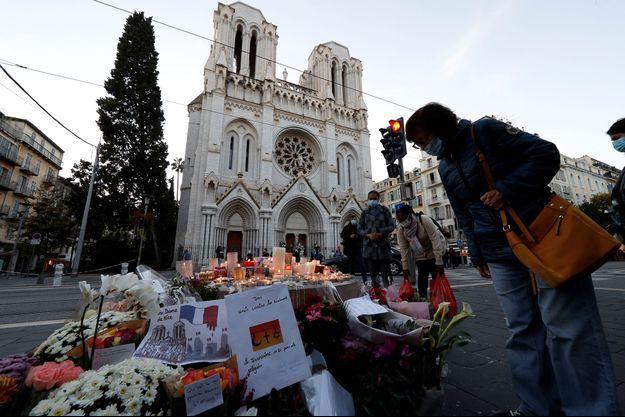 Des personnes se recueillent devant la basilique de Notre-Dame-de-l'Assomption à Nice le 30 octobre 2020