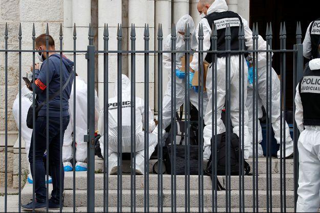 Les enquêteurs sur le parvis de la basilique Notre-Dame de Nice, jeudi 29 octobre.
