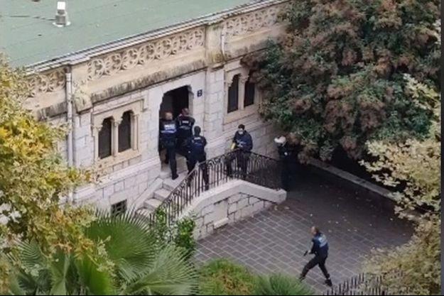 Le 29 octobre. Des policiers municipaux pénètrent dans la basilique Notre-Dame par une porte latérale, à l'arrière de l'édifice, où le terroriste sera neutralisé.